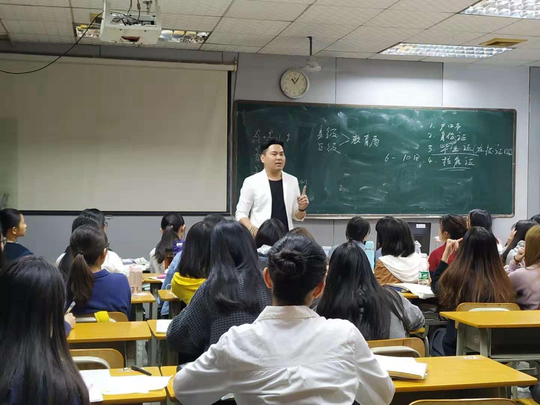 睿博快讯,李老师在华工给同学们讲解高职高考报考事宜